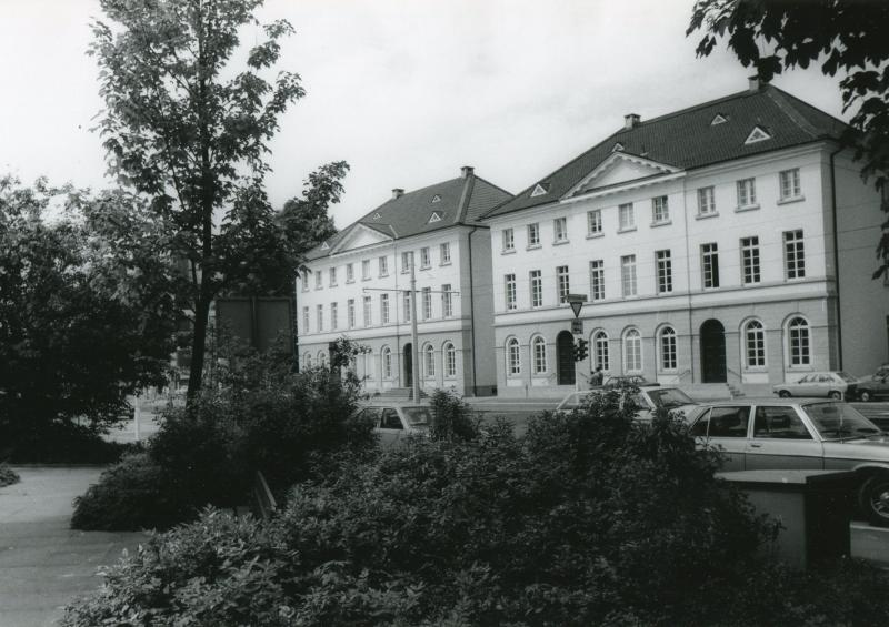 """The """"reel houses"""" in Wuppertal-Unterbarmen. The right building houses the city archive."""